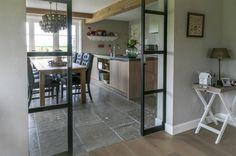 Keuken met natuursteen vloer - grijze Bourgondische Dallen via Kersbergen Natuursteen: