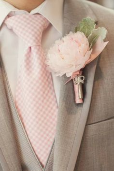 So cute! Matching blush pink boutonniere and necktie for the groom and the groomsmen #blushpink #blushpinkwedding #boutonniere #necktie #groom
