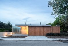 The Park House / Arnau estudi d'arquitectura Completed in 2018 in Boscdetosca Spain. Images by Marc Torra. I remember the first conversation very well: I have a plot in that neighborhood it's right next to the park. I would like to build a simple. School Architecture, Architecture Photo, Suburban House, Contemporary Style Homes, Concrete Wood, Park Homes, Mid Century House, Ranch Style, My House