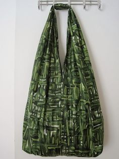 Find the FREE sewing pattern for this fun cloth bag on Greenie Dresses for Less.
