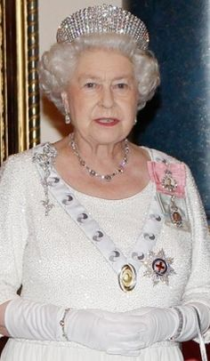 South African Birthday Necklace and Bracelet, and the Russian Kokoshnik Tiara worn by HM Queen Elizabeth II. Perhaps I'm getting old, I love her dress! Of course I love that tiara also! Hm The Queen, Royal Queen, Her Majesty The Queen, Queen Mary, Queen B, Queen Elizabeth Jewels, Elizabeth Queen Of England, Windsor, Palais De Buckingham