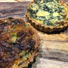 Tortinhas veggie preferidas com massa de grão de bico e recheio de alho poró, espinafre e cebola caramelizada