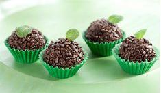 Ingredientes  meia xícara (chá) de folhas de hortelã  1 lata de Leite MOÇA® Tradicional  3 colheres (sopa) de Chocolate em Pó DOIS FRADES®  1 colher (sopa) de manteiga  1 xícara (chá) de chocolate granulado  manteiga para untar