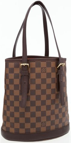 This Louis Vuitton bucket bag is understated and chic. Done in brown damier canvas this bag is sure to compliment nearly any look.