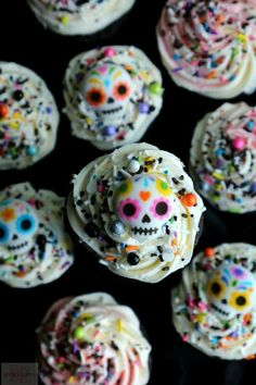 Halloween is just around the corner, and cupcakes make the perfect treat for a halloween themed party. From pumpkin cupcakes, to ghost cupcakes. Skull Cupcakes, Ghost Cupcakes, Disney Cupcakes, Pumpkin Cupcakes, Cupcake Cookies, Mexican Cupcakes, Halloween Desserts, Halloween Cupcakes, Halloween Treats