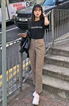 Moda coreana: 20 Looks coreanos para se inspirar e copiar – Crescendo aos Pouc… Korean fashion: 20 Korean looks to be inspired and copy – Growing Little Korean Fashion Trends, Korea Fashion, Asian Fashion, Look Fashion, Korean Women Fashion, Trendy Fashion, Fashion Quiz, Airport Fashion, Classy Fashion