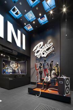 MINI Pop-Up Store London Westfield by studio via Behance Visual Merchandiser, styling and still life designs Retail Store Design, Retail Shop, Visual Merchandising, Store Interiors, Retail Interior, Pop Up Shops, Shop Interior Design, Showroom Design, Display Design