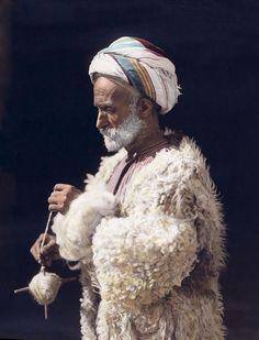 """民族衣装botさんのツイート: """"1919年、パレスチナ、ラマラ、羊毛を紡ぐ男性の彩色写真。 https://t.co/hkD9DN1vM1"""""""