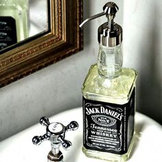 Rustic Diy Man Cave Ideas Vintage Room Decor Ideas Diy Soap Dispenser From Jack Daniels Bottle Diy Projects And Crafts By Diy Joy Pot Mason Diy, Mason Jar Crafts, Mason Jars, Jack Daniels Soap Dispenser, Jack Daniels Bottle, Deco Luminaire, Man Cave Diy, Rustic Man Cave, Upcycled Home Decor