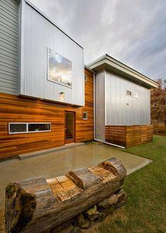 Flachdachhaus mit Aluminium-Holz-Verkleidung -kombinierte Fassadengestaltung