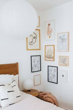 How to Create a Corner Gallery Wall Chances are, you've got a sad little corner in your house that needs some love.Read on for how to create your own corner gallery wall ! Gallery Wall Bedroom, Bedroom Wall, Bedroom Decor, Gallery Walls, Master Bedroom, Eclectic Gallery Wall, Gallery Wall Layout, Decor Room, Cozy Bedroom
