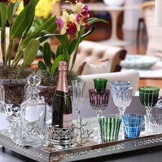 Sábado com bandeja Cross  Mirror, licoreira Christofle, copos de cristal Strauss!! Usados como cachepot os vasos Athenas e Pérgamo!! #matissecasa #