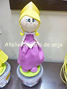 Boneca fofucha feita de EVA. Ideal para centro de mesa, topo de bolo ou lembranca de festa. R$ 25,00