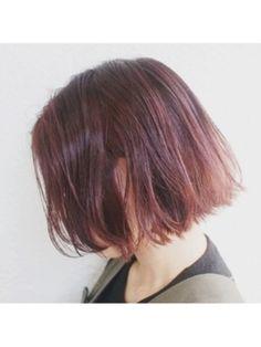 しっとりとした大人の雰囲気ってステキですよね。ボルドー系のヘアカラーは、落ち着きや色っぽさを感じさせるのに最適です。ゆるやかなカールや外国人風のランダムなスタイルにあわせると、より魅力がアップします。これまでやったことがない人も挑戦してみては?