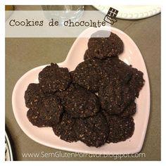 COOKIE DE CHOCOLATE SEM GLÚTEN  Separe os ingredientes: - 3 colheres de chá de semente de linhaça - 1 colher de sopa de chia (opcional) - 1/4 xícara de coco ralado fino/ farinha de coco - 1/2 xícara de farinha de arroz - 1/4 xícara de cacau ou chocolate em pó - 1/2 xícara açúcar mascavo - 1/3 xícara de óleo de coco (pode substituir por manteiga, se preferir) - 1/2 colher de café de bicarbonato