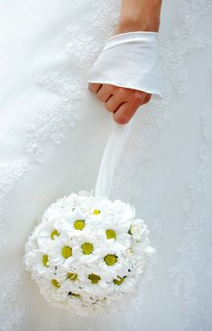15 Amazing Daisy Themed Wedding Ideas – – – - New Site Daisy Wedding Decorations, Yellow Wedding, Dream Wedding, Flower Ball, Bridal Flowers, Silk Flowers, Bride Bouquets, Wedding Planning, Wedding Ideas