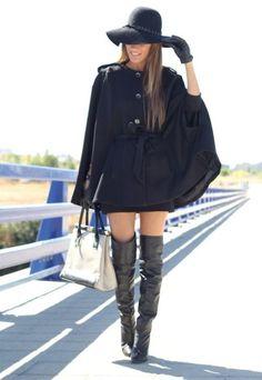 capa negra con botas altas