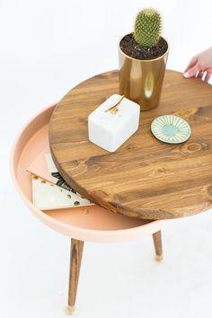 Jag har behövt ett litet bord till soffan hur länge som helst nu. Och ett sånt här bord somAshley Rose från Sugar & Cloth gjort skulle verkligen passa fint. Ett litet runt bord på små...