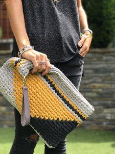 Crochet Clutch Bags, Crochet Handbags, Crochet Purses, Tapestry Bag, Tapestry Crochet, Crochet Rug Patterns, Crochet Designs, Crochet Laptop Case, Crochet Diy
