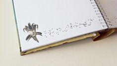 Detalle de las páginas para firmar del Libro de Firmas para la boda de Stella Maris y Jorge. Fue realizado con el tema de su fiesta, el CARNAVAL VENECIANO.   Encargá vos también tu Libro de Firmas Personalizado en nuestra Tienda Online  https://yourownstory.tiendanube.com/ http://www.milibrodefirmas.com/  Las máscaras son de  https://www.facebook.com/HarlequinMascaras http://www.harlequin.com.ar/