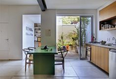 O pátio de 25 m² se abre para a ala social e o escritório com a ajuda das portas de correr de vidro e alumínio pintado de branco