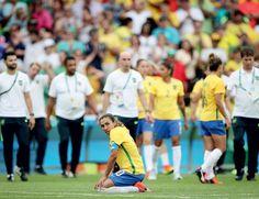 """ÍDOLO CAÍDO - Marta, do Brasil, após a derrota da seleção feminina para a Suécia no estádio do Maracanã. """"Nada vai tirar o brilho do trabalho"""", disse ela depois (Foto: Ricardo Nogueira/ÉPOCA)"""
