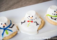 These melted snowman cookies are an easy winter treat your kids, coworkers, or party guests will LOVE! via @somewhatsimple