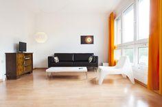 Gerumiges Modern Eingerichtetes Wohnzimmer Mit Grosses Fensterwand Und Orangen Farbakzenten Einrichtungstipp Frs