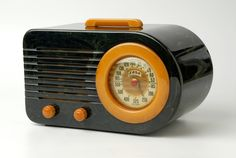 11 Of The Best-Designed Products Of All Time ~ Model 115 radio. Manufactured by the Fada Radio Electric Company, first introduced in 1941 - the quintessential streamlined American Moderne radio. Old Technology, Technology Gadgets, Spark Gap, Retro Radios, Electric Company, Antique Radio, Central Saint Martins, Plastic Design, Gadgets And Gizmos