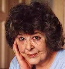 Az alig két éve elhunyt Diana Wynne Jones, angol írónő elsősorban ifjúsági szerzőként ismert. Chrestomanci krónika című sorozatának első kötete 1977-ben elnyerte a The Guardian gyerekkönyvekért járó díját. A népszerű japán rajzfilmkészítő, rendező Miyazaki Hayao az írónő A vándorló palota című regényéből készített egész estés rajzfilmet, melyet később Oscar-díjra is jelöltek.