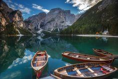 FotoRelax.RU / Озеро Lago di Braies с водой малахитового отлива напоминает изумруд, затерявшийся среди Итальянских альп.  Автор фото: Андрей Базанов