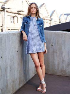 Besser kann man das Minikleid nicht stylen! Hier mit weißen Nietensandalen, die die Beine noch länger wirken lassen.