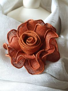 Hand made brooch rose graphite linen – ArtofitLinen Rose - super for milinaryThis Pin was discovered by IriCrochet Flower Appliques set oTutorial to make a teapot cozy Burlap Flowers, Giant Paper Flowers, Diy Flowers, Fabric Flowers, Crochet Flowers, Felt Flowers, Burlap Crafts, Diy Crafts, Material Flowers