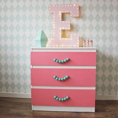 ♥ Miss Cutiepie Inspiration - Freebies & Inspiration ♥: Hacked Ikea dresser and DIY marquee lights budget solutions for kids rooms. Sonny angels and Ferm Living harlequin mint wallpaper. Ikea Malm Dresser, Diy Nightstand, Hack Ikea, Table Ikea, Dresser Handles, Kids Dressers, Kids Bedroom Designs, Kid Spaces, Kids Decor