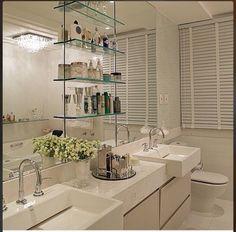 Deixar seu banheiro com aparência leve depende de um conjunto de fatores na decoração. Conheça banheiros incríveis com acessórios e prateleiras de vidro...