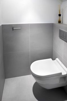 The same large square tile on floor and half wall Bathroom Toilets, Bathroom Sets, Small Bathroom, Small Toilet Room, Bad Styling, Ideas Prácticas, Downstairs Toilet, Wet Rooms, Bathroom Styling