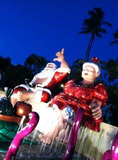ダウンタウンで先週からやっている、ホノルルシティライツ。サンタさんは裸足です。  ちゃんとした遊園地の無いハワイ、各種イベントには移動遊園地もあり、楽しめま〜す。