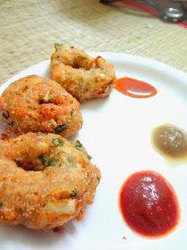 Your Everyday Cook: Quick crispy Bread vadas Breakfast Bites, Savory Breakfast, Breakfast Recipes, Savory Snacks, Quick Snacks, Indian Snacks, Indian Food Recipes, Ramadan Recipes, Indian Street Food