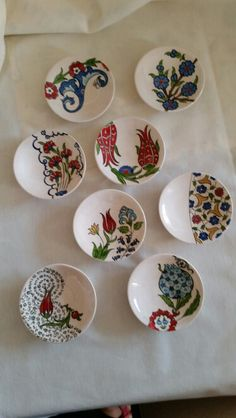 Adding pottery to your home décor is an innovative way of lighting it up and grabbing people's attention. As pottery is so diverse, incorporating it into your interior also offers the perfect oppor… Painted Ceramic Plates, Hand Painted Pottery, Pottery Painting, Ceramic Clay, Hand Painted Ceramics, Ceramic Painting, Porcelain Ceramics, Decorative Plates, Pottery Plates