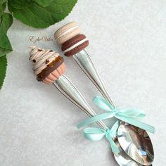 «Кофейные капкейк и macaroons на чайных ложках. #полимернаяглина #вкусныеложки…
