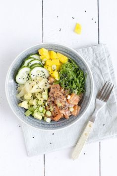 Ineens zijn ze overal, poké bowls. En daarom kon ik het niet laten ook met de poké bowl aan de slag te gaan en er een samen te stellen met mijn favoriete sushi-ingrediënten. Met zalm, avocado en mango. De Poké bowl is overgewaaid uit Hawaii, de basis is rijst met gemarineerde rauwe vis en groenten. Een... LEES MEER... Good Healthy Recipes, Healthy Drinks, Healthy Cooking, Lunch Recipes, Healthy Eating, Food Bowl, A Food, Good Food, Happy Foods