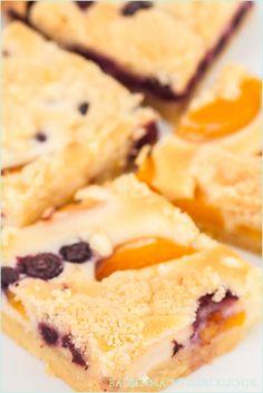 Wunderbarer Streuselkuchen mit Pfirsischen und Blaubeeren // peach and berry crumble cake recipe  | http://www.backenmachtgluecklich.de
