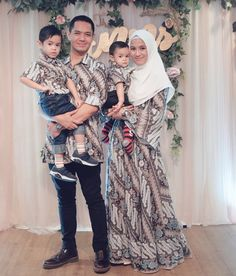 model baju batik couple terbaru modern 2020 by mbatik.id Illusion Neckline Wedding Dress, Wedding Dress Necklines, Lace Dress With Sleeves, Prom Dresses With Sleeves, Batik Muslim, Vintage Summer Dresses, Batik Fashion, Batik Dress, Dresses For Teens