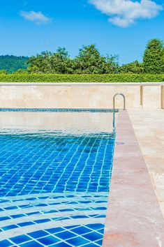 There's no better way to beat the heat than taking a dip in a cool swimming pool. Let's introduce you to the costs and types of inground pools, and some awesome pool design ideas, in our detailed guide! Inground Pool Designs, Vinyl Pools Inground, Swimming Pool Designs, Amazing Swimming Pools, Swimming Pool Photos, Best Swimming, Above Ground Pool, In Ground Pools, Shipping Container Swimming Pool