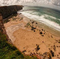 arte en la playa by Tony Plant, artista australiano y surfista