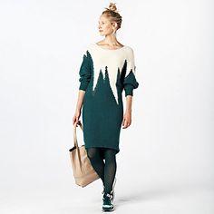 Gebreide jurk van YAS. De jurk met vleermuismouw heeft een ingebreid motief in ecru met petrol glansgaren en is versierd met zwarte kralen. De jurk is wijd op de buste, aansluitend op de heup en valt net boven de knie. De onderkant is rond en achter net iets langer dan aan de voorkant.