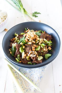 Beef with cilantro and lemongrass - Beef with lemongrass and coriander For 2 people: 300 g of beef (the ideal being a nice piece of rum - Asian Cooking, Easy Cooking, Healthy Cooking, Healthy Eating, Cooking Recipes, Healthy Recipes, Stop Eating, Clean Eating, Asian Kitchen