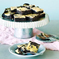 Tuorejuustobrownie on ihanan suklainen leivonnainen, joka saa pintaansa vaniljatuorejuustokuvioinnin.