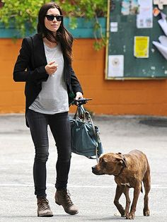 Jessica Biel grabs a bite with her pit bull Tina (Tina looks nervous, must be all the paparazzi)