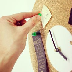 Reloj de pared en corcho // PINCHO - reloj expresivo — MUDO Objetos Expresivos // Objetos de diseño